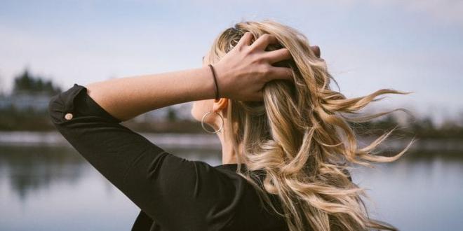 Tabletki, witaminy, szampon? Skuteczny preparat na wypadanie włosów